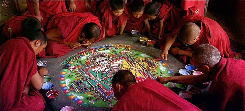 monjes haciendo mandalas