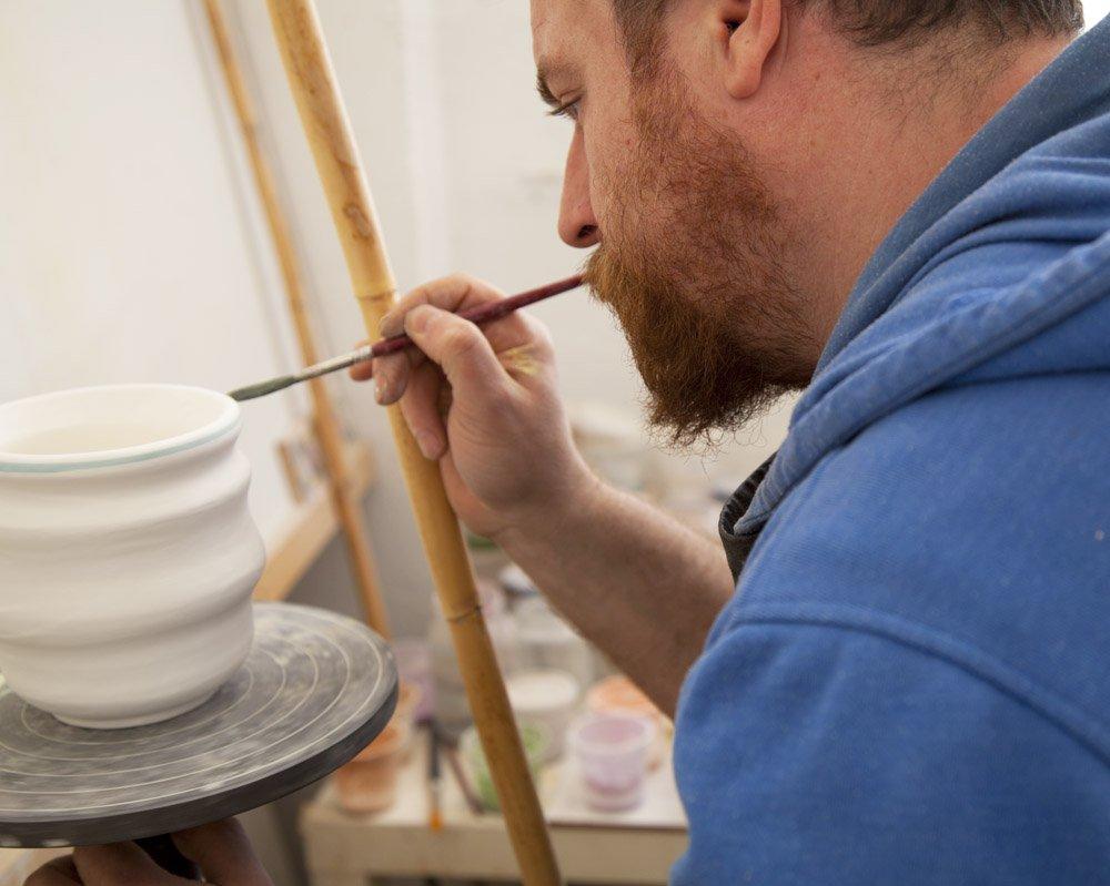 ceramistas pintando