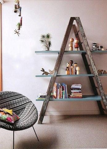 cintos viejos y una escalera, perfectas estanterias